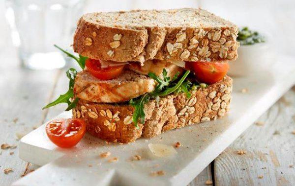 Gegrilde kip sandwich met Teffslankmik